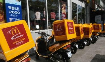 McDonald's punta sulla consegna a domicilio per sconfiggere il calo vendite. In America è già attivo il servizio per i pagamenti online.